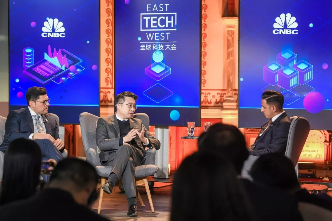 Calvin Choi with H.E. Mohammad Ali Al Shorafa Al Hammadi, Chairman of the Abu Dhabi Economic Development Department and Member of Abu Dhabi Committee | Fireside Chat on East-West Technological Collaboration and Exchange in the New Economic Era
